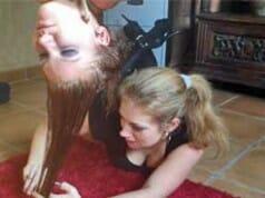 Die Bondage-Friseurin: Haarschnitt überkopf